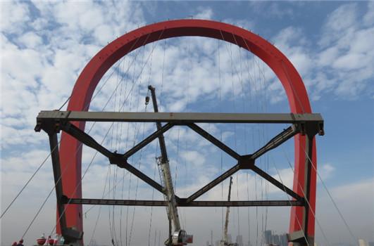 桥梁公司高新二路跨外环桥梁工程主塔竖转架安全拆除